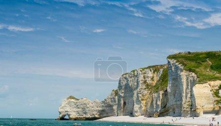 Photo pour Impressionnantes falaises d'Etretat en Normandie. Formes géologiques des roches . - image libre de droit