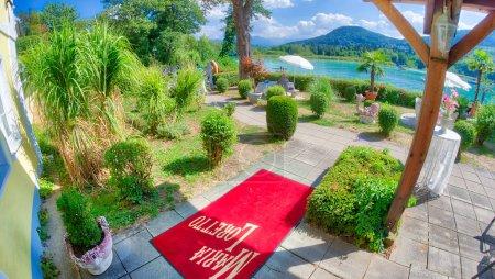 Photo pour KLAGENFURT, AUTRICHE - AOÛT 2013 : Beau scénario le long du lac de la ville. Klagenfurt est une destination majeure en Autriche . - image libre de droit