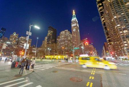 Photo pour New York City - 5 décembre 2018: Trafic le long de la Fifth Avenue, dans la nuit. La ville attire 50 millions de personnes chaque année - image libre de droit