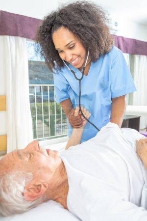 Photo pour Infirmière avec stéthoscope et patient. - image libre de droit