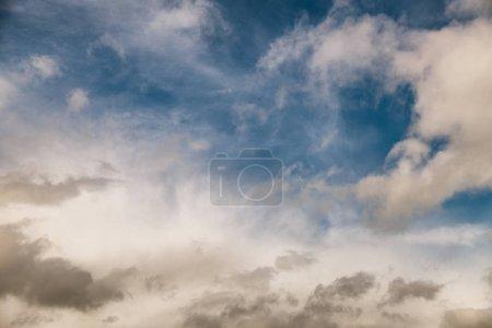 Photo pour Ciel bleu avec nuages. Contexte. - image libre de droit