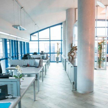 Photo pour Intérieur de bureau moderne avec un bureau et d'espaces ouverts. - image libre de droit