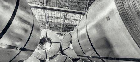 Photo pour Entrepôt industriel avec les rouleaux de tôle d'acier dans un enroulement en acier galvanisé de plante. - image libre de droit