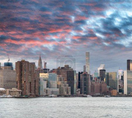 Photo pour Coucher de soleil sur Midtown Manhattan, vue depuis la rivière au crépuscule, New York . - image libre de droit