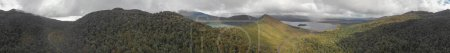 Photo pour Vue aérienne du lac Rotoaira et de la forêt environnante dans le parc national des Tongariro . - image libre de droit