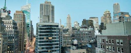 Photo pour Coucher de soleil vue aérienne sur les toits de Midtown Manhattan depuis un toit de New York . - image libre de droit