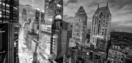 Photo pour Vue aérienne nocturne de Midtown Manhattan depuis un toit de New York .. - image libre de droit