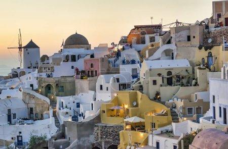 Photo pour SANTORINI, GRÈCE - JUIN 2014 : Coucher de soleil sur les bâtiments et les rues d'Oia. Oia est la principale attraction touristique de l'île . - image libre de droit