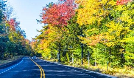 Photo pour New England Road à Foliage Season, nord-est des États-Unis en octobre . - image libre de droit