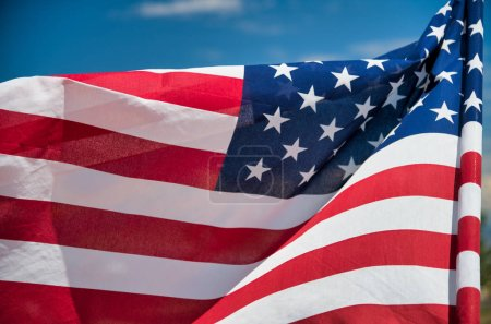 Photo pour Drapeau américain agitant sur fond bleu ciel . - image libre de droit