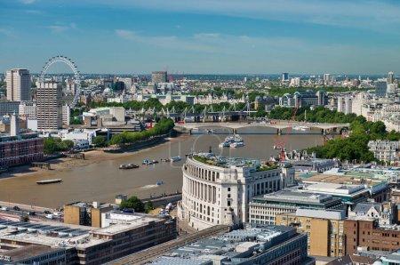 Photo pour Vue aérienne de Londres avec des bâtiments le long de la Tamise en été . - image libre de droit