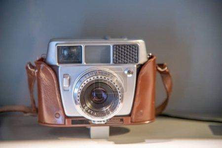 Photo pour Vieille caméra vintage avec boîtier brun classique, concept de tourisme - image libre de droit