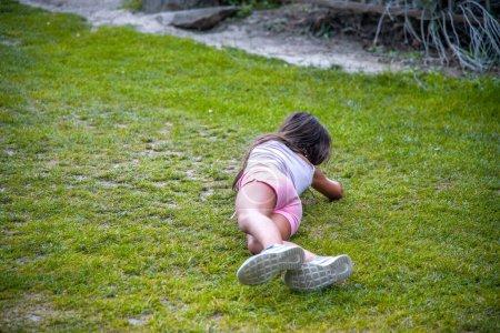 Photo pour Jeune fille allongée sur l'herbe profiter de la vie en plein air. - image libre de droit
