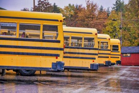 Bus scolaires garés en Nouvelle-Angleterre. Saison des feuillages.