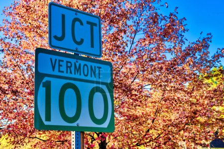 Photo pour Vermont Road Junction Connexion saison des feuillages. - image libre de droit