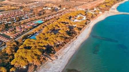 Photo pour Vue aérienne imprenable sur la côte toscane, Italie depuis le drone. - image libre de droit