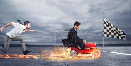 Photo pour Homme d'affaires rapide avec une voiture gagne contre les concurrents. Concept de réussite et de concurrence des entreprises - image libre de droit