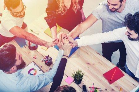 Photo pour Les gens d'affaires mettent leurs mains ensemble dans le bureau. Concept d'intégration, de travail d'équipe et de partenariat - image libre de droit