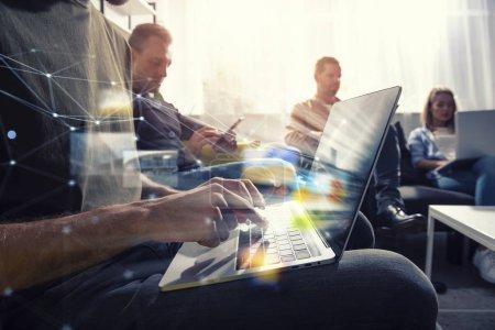 Photo pour Homme d'affaires dans le bureau connecté sur le réseau Internet avec un ordinateur. concept de start-up - image libre de droit