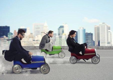 Photo pour Femme d'affaires rapide avec une voiture gagne contre les concurrents. Concept de réussite et de concurrence des entreprises - image libre de droit