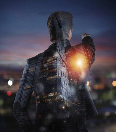 Photo pour L'homme d'affaires regarde l'horizon pour de nouvelles opportunités d'affaires. Double exposition - image libre de droit