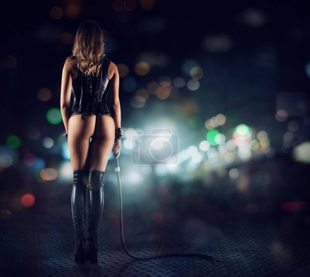 Photo pour Provocation sensuelle d'une femme bdsm sexy en lingerie avec fouet - image libre de droit