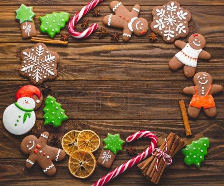 Photo pour Biscuits au pain d'épice faits maison de Noël sur le fond en bois - image libre de droit