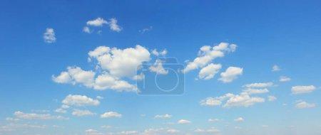 cielo azul con nubes blancas foto panorámica