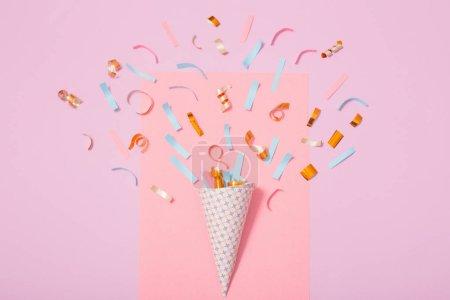 chapeau de fête avec des confettis sur fond de papier