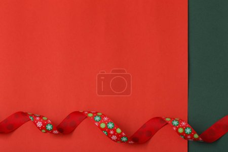 Photo pour Ruban de Noël sur fond de papier rouge - image libre de droit