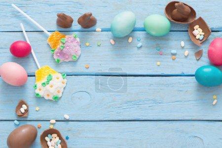 Photo pour Oeufs de Pâques sur fond bleu en bois - image libre de droit