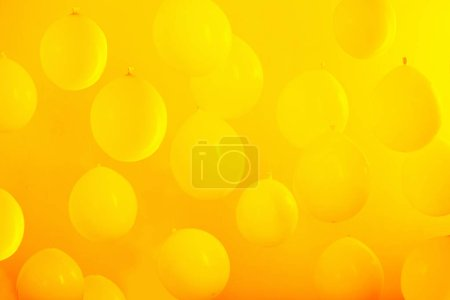 Photo pour Ballons jaunes sur fond orange - image libre de droit