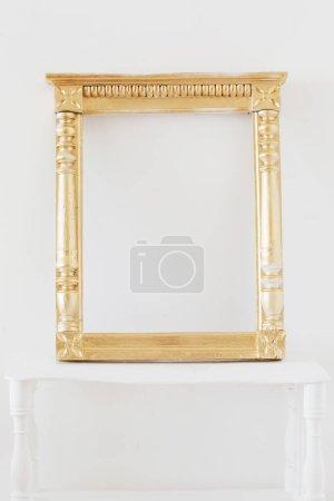 Foto de Marco de madera de oro antiguo en paredes blancas de fondo. - Imagen libre de derechos