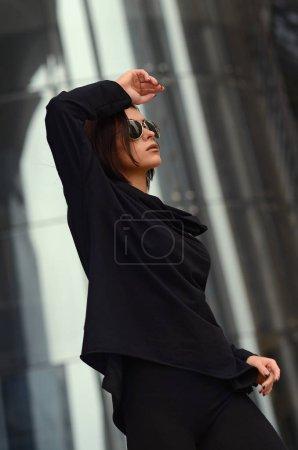Photo pour Mode fille cool dans les lunettes de soleil en arrière-plan urbain - image libre de droit