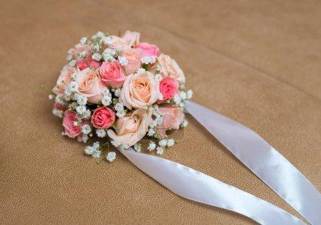 Photo pour Gros plan d'une belle boutonnière aux délicates roses - image libre de droit