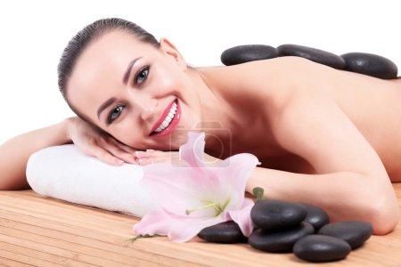 Photo pour Jeune jolie femme dans un salon de spa - image libre de droit