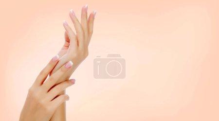 Photo pour Belles mains féminines, gros plan, copyspace - image libre de droit
