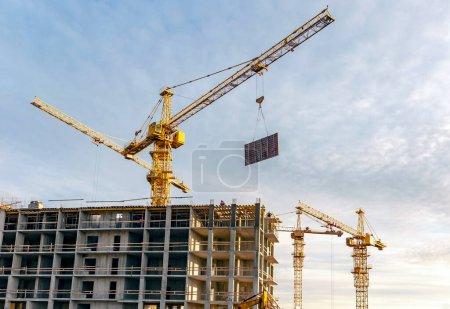 Photo pour Grues de construction sur le chantier à proximité de Saint-Pétersbourg - image libre de droit