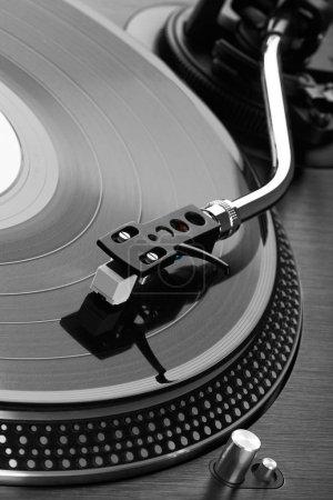 Nahaufnahme eines Plattenspielers, der Vinyl spielt