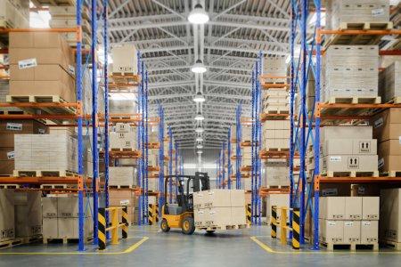 Photo pour Chariot élévateur en entrepôt ou rangement et étagères avec des boîtes en carton. illustration 3D - image libre de droit