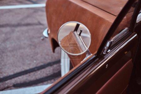 Photo pour Porte ouverte d'une voiture rétro restaurée. Style champêtre, rouille, vintage . - image libre de droit