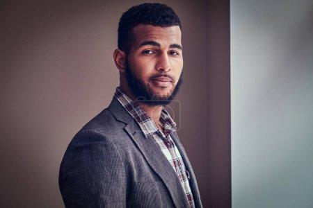 Photo pour Jeune homme afro-américain vêtu d'une veste et chemise à carreaux regardant une caméra dans un studio . - image libre de droit