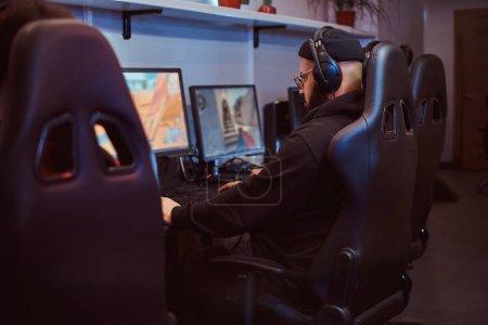 Foto de Un equipo de jugadores adolescentes juega en un videojuego multijugador en pc en un club de juegos de azar. - Imagen libre de derechos