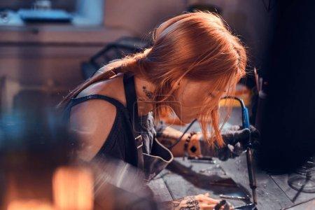 Photo pour Jeune designer attrayant travaille dans un studio de lampe à la main confortable . - image libre de droit