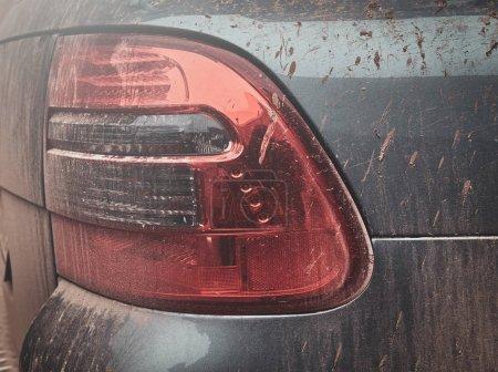 Photo pour Gros plan séance photo de voitures sales phare, texture de boue sur voiture d'argent . - image libre de droit