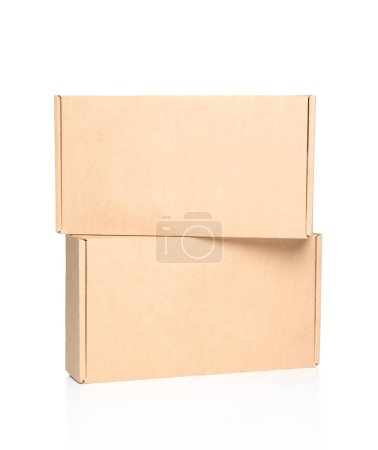 Photo pour Deux boîtes en carton sur fond blanc - image libre de droit