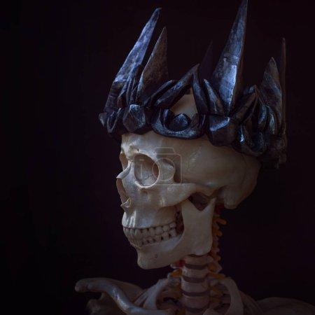 Photo pour Le crâne dans la couronne. Grim nécromancien en couronne gothique. Fond noir, concept Halloween - image libre de droit