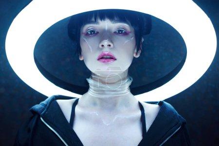 Foto de Muchacha de Cyber. Hermosa mujer joven, estilo futurista. Retrato contra un círculo brillante - Imagen libre de derechos