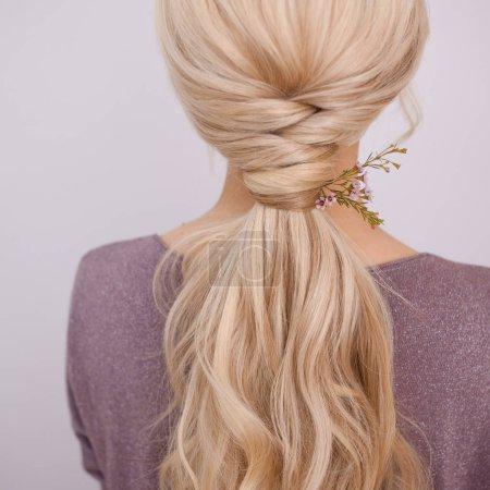 Photo pour Portrait d'une jeune femme élégante aux cheveux blonds. Tendance coiffure, coiffure naturelle - image libre de droit