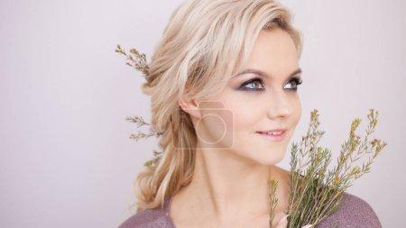 Foto de Retrato de una elegante mujer joven con pelo rubio. Peinado de moda, peinado natural - Imagen libre de derechos